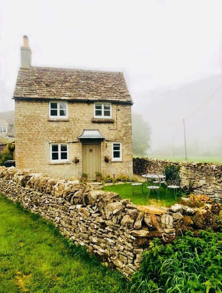 Cosy Cotswold country cottage with WiFi