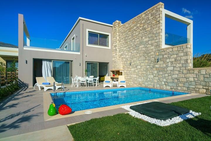 ★Beachfront★Lux villa w/Pool★30m to Amenities+BBQ!