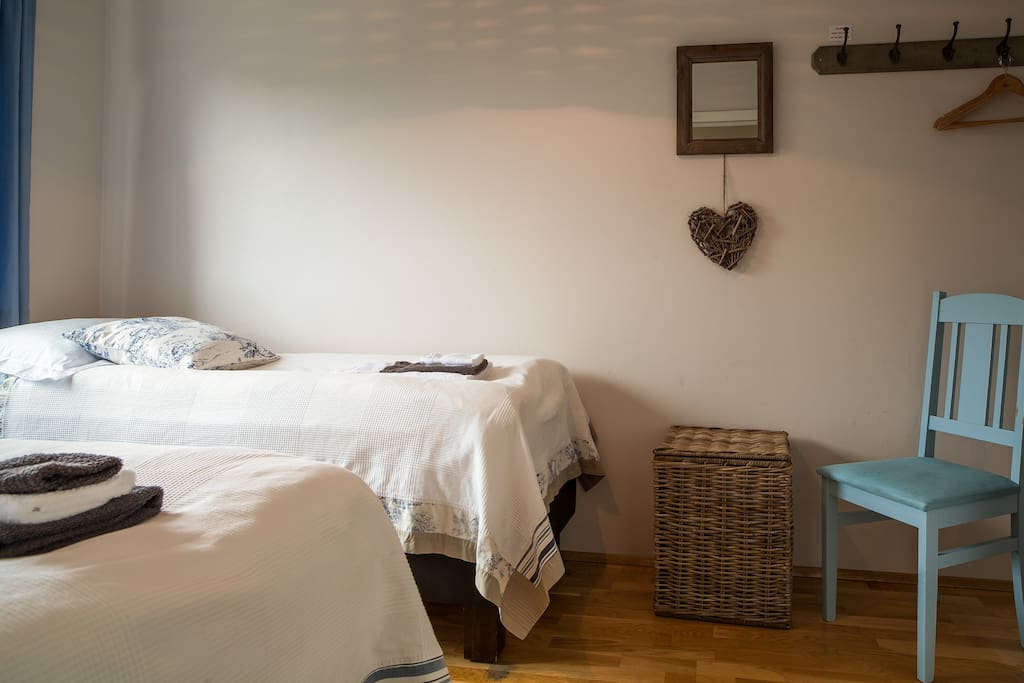 Small room with two single beds (80x200cm).