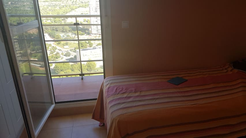 Comparto piso Playa Poniente vistas espectaculares