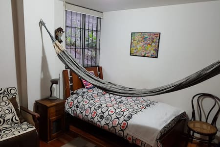 Habitación en lindo apto: seguro y cerca zona rosa