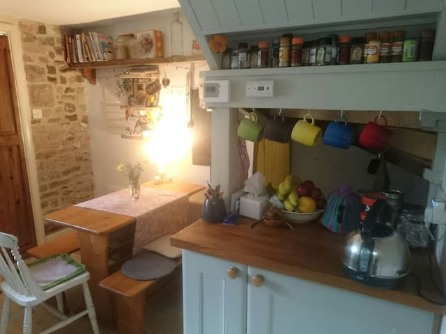 Room in cosy village cottage - Trull, England, GB - Cabin