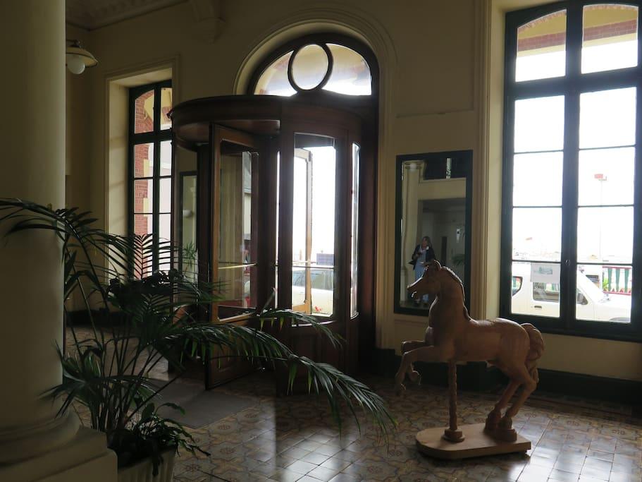 L'entrée de la résidence : tout le charme du XiX eme siècle préservé!