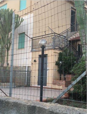 Panoramicissima  villetta nei dintorni di Palermo