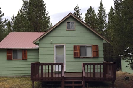 Forest Cottage- Sleeps 8 $150 near YNP - Island Park - House