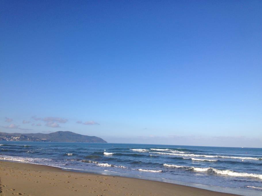 La spiaggia di fronte casa (foto scattata alle 7:30 del mattino) - The beach in front of the house