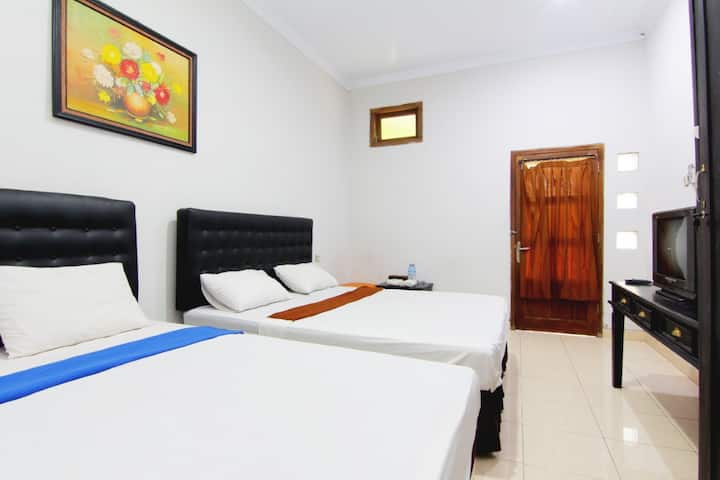 Clean Family Room at Hotel Popi (Pondok Pisang)