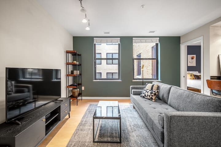 Comfy Downtown 1BR w/ Gym, Rooftop, walk to Metro & Shops, by Blueground