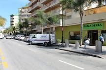 Calle Málaga, panadería, tiendas y bares