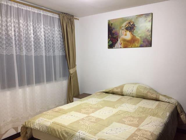 Linda y acogedora habitación privada con amplio closet, excelente iluminación natural, cuenta con baño privado.