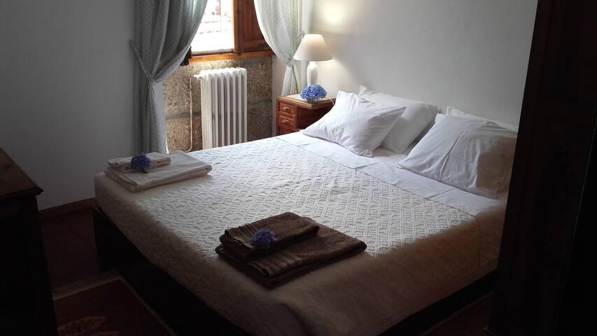 Quarto 1 - cama de casal/Room 1 -Double room (double bed)