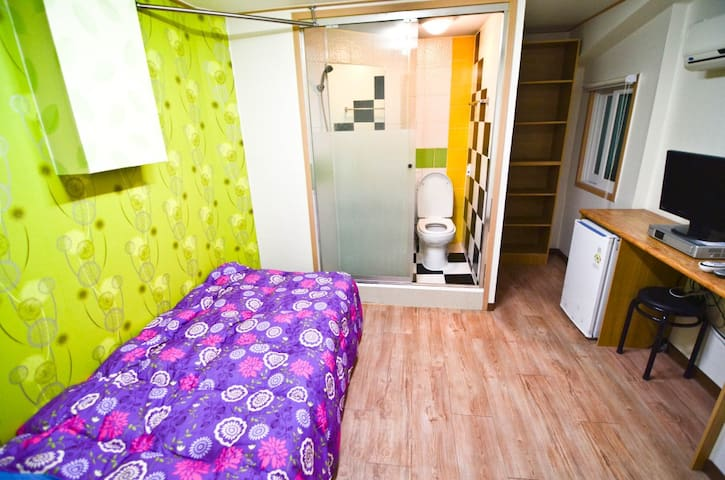 Private Single & Bathroom for Solo Traveller