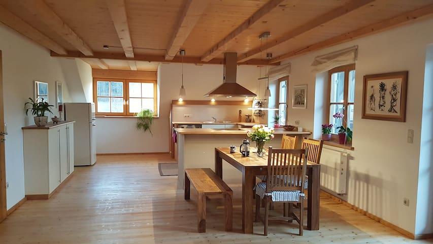 Dachwohnung mit Balkon in idyllischem Weiler - Raisting - Apartamento