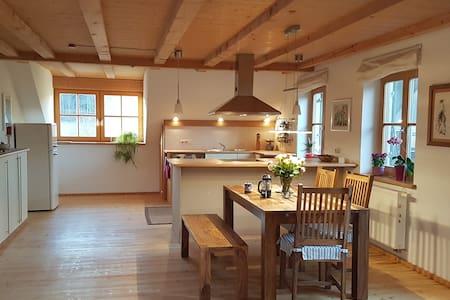Dachwohnung mit Balkon in idyllischem Weiler - Raisting - Wohnung