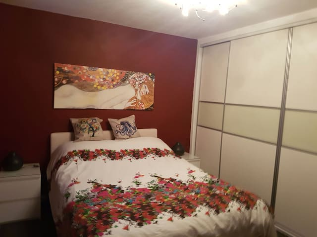 Cosy Kingsize bed. Great location - Long Eaton - Casa