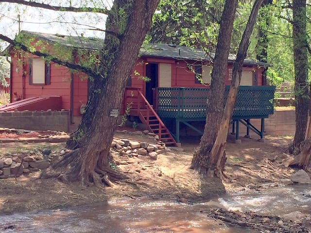 CREEKSIDE CABIN with private creek access and Very Near Pikes Peak and Garden of the Gods - Manitou Springs - Cabaña