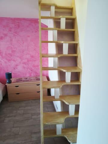 escalier meunier reliant salon chambre qui ne convient pas aux jeunes enfants
