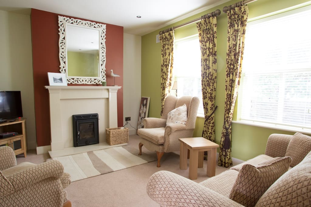Very nicely furnished sitting room