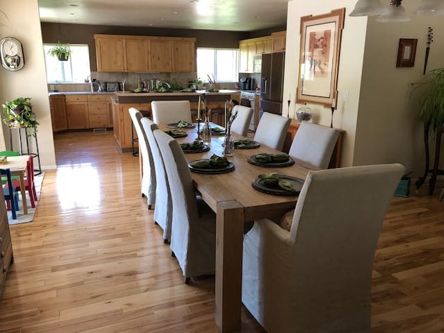 Space for the whole family minutes from skiing!!!