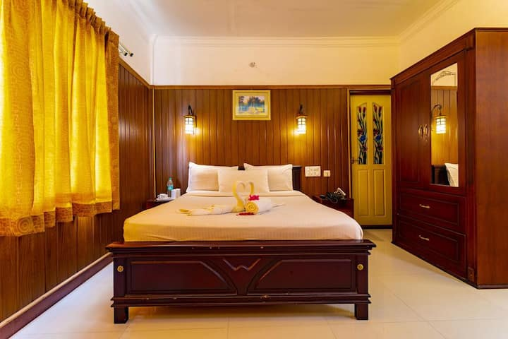 Spacious Deluxe Room at Munnar