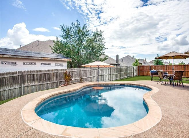 Privacy Fence has been updated... complete privacy in pool area!