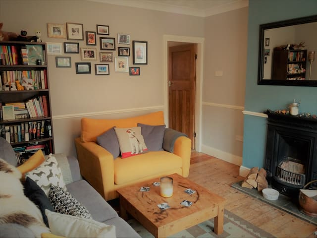 Double bedroom in quiet cottage, close to EMA & SB