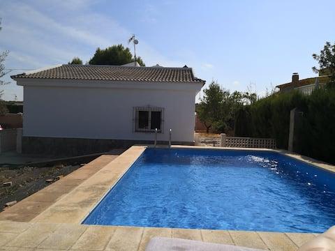 Роскошная квартира с бассейном, в деревне