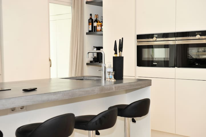 Fully equipped modern kitchen with breakfast bar