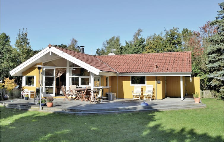 Holiday cottage with 3 bedrooms on 84m² in Melby