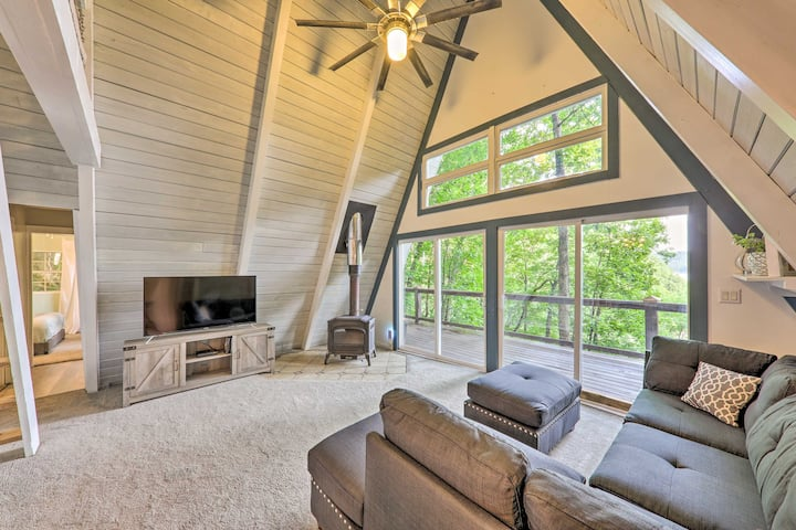 Pet-Friendly Chalet w/Deck, Center Hill Lake Views