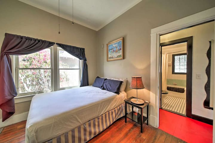 Queen Anne Cottage Room W/ Shared House