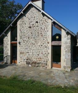 ferme rénovée dans un parc naturel régional - Saint-Oradoux-de-Chirouze - 独立屋