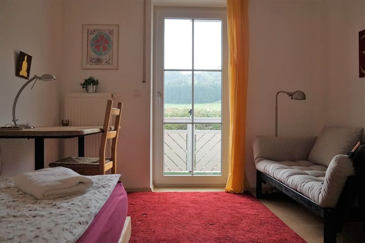 Quiet, sunny room with balcony - Bad Endorf - Hus