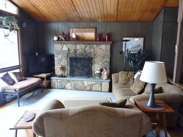 Lake Harmony, PA ~ Cozy Vacation Home