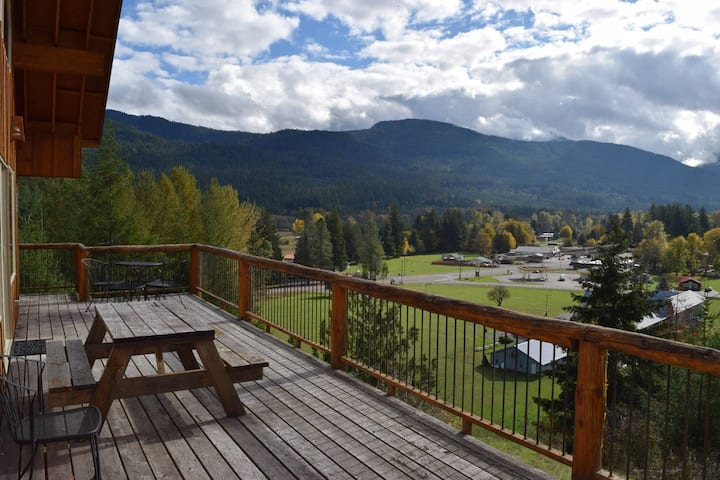 """Elk Ridge"" Wifi, Hot tub, Wood Stove, Great view! Close to Mt Rainier and White Pass Ski Area."