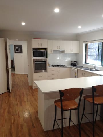 Family retreat-Close to theme parks - Oxenford - House
