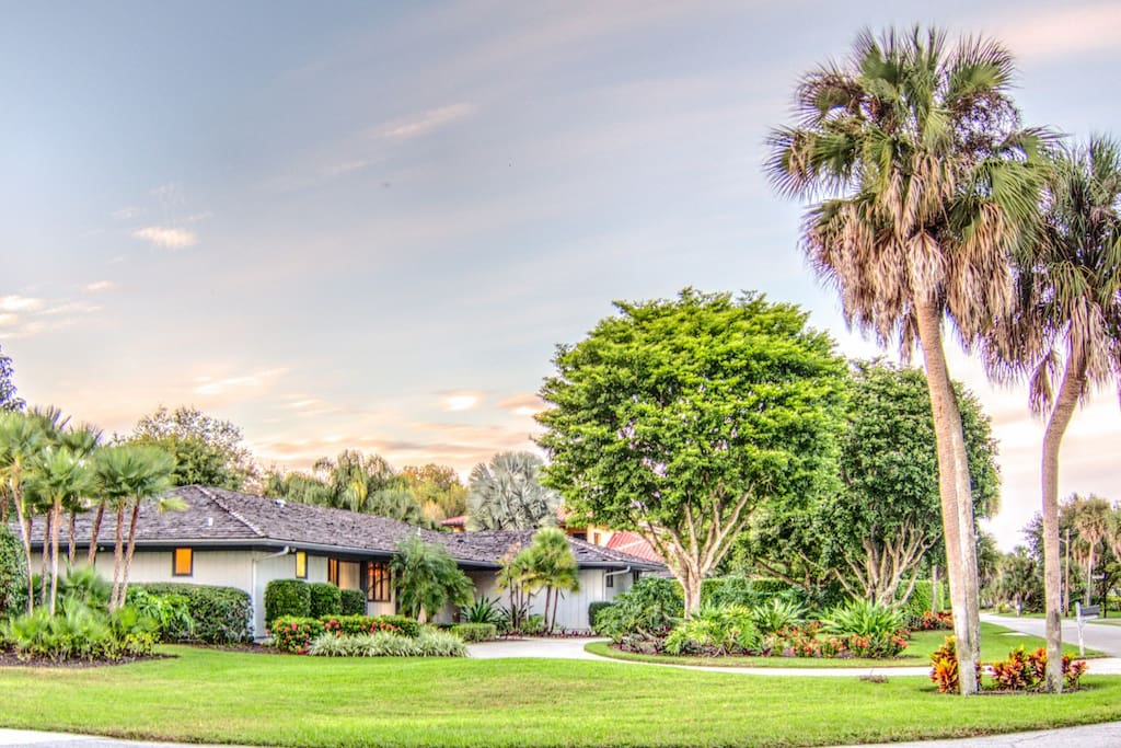 Premium 1/2 acre manicured treed lot, Pool and Spa. minutes from beach, Naples Beach Hotel & Golf Club (public golf) and 5th Avenue shopping and restaurants.  We provide you  with beach cart with built-in cooler container, beach chairs, beach umbrella, lots of beach towels for your convenience.