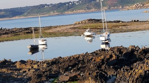 Charming holiday cottage with your feet in the water