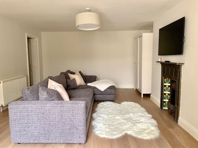 Walking distance to the racecourse and town centre