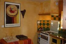 Cuisinière, four, lave-vaisselle, micro-onde, frigo, petit électro-ménager, la cuisine est très bien équipée.
