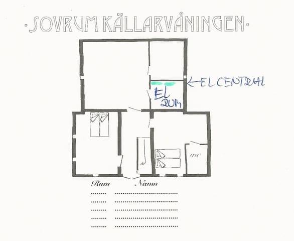 Planritning källaren. Privata utrymmet källaren och två gästrum. 1 dubbelsäng i ett rum. En dubbelsäng och wc/dusch i det andra. Där finns också tvättmaskin och torktumlare.