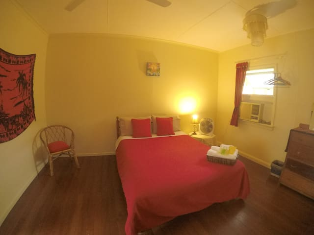 Tropical, comfy &big double room - Cairns North - House