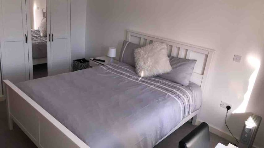 New West London, Master Bedroom with Kingsize bed