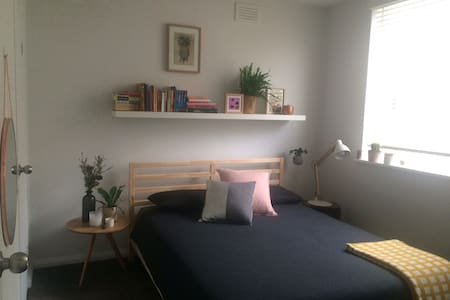 Modern 1 bedroom apartment in amazing location - South Yarra - Apartment