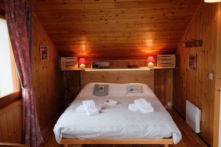 Lit queen size chambre parentale avec dressing derrière le lit