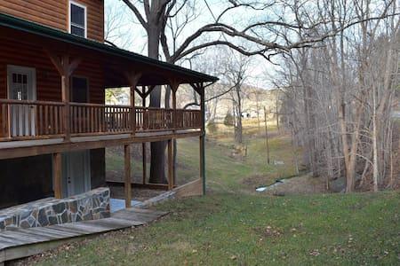 Spacious Creekside Cabin - Bland - Kisház