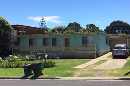 Classic 1960s house one block to Beares Beach - Bermagui
