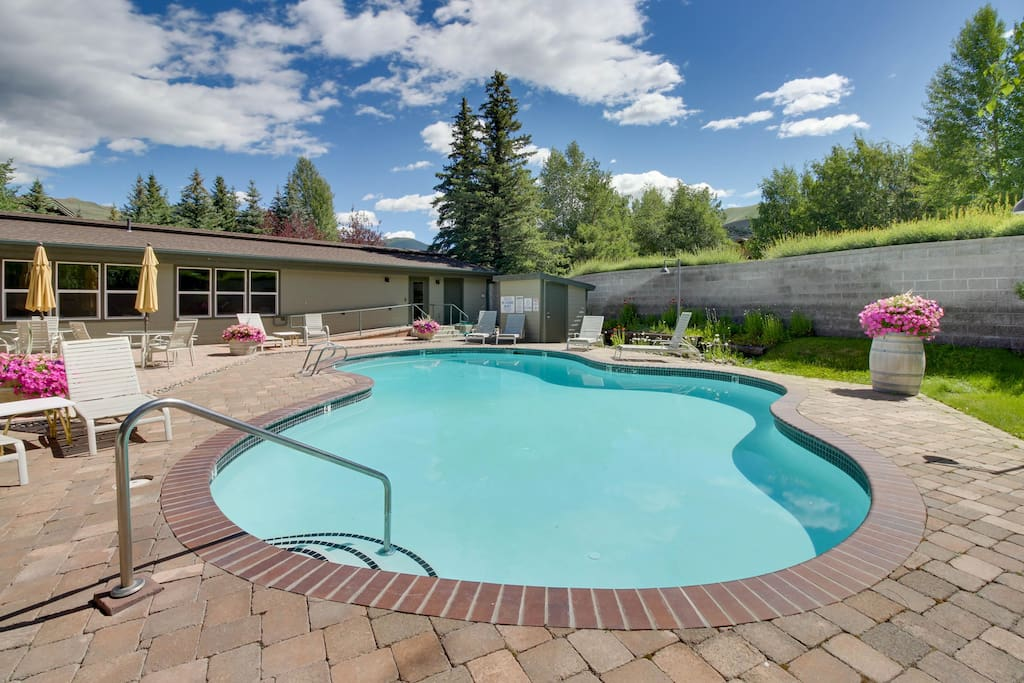 Bright home w shared pool hot tub more close to ski golf houses for rent in sun for Sun valley idaho swimming pool