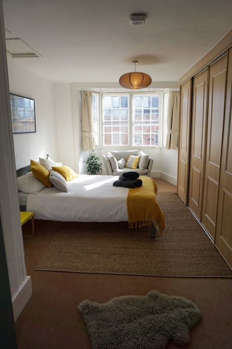Lovely quiet and sunny top floor bedroom with an outlook up and down the high street