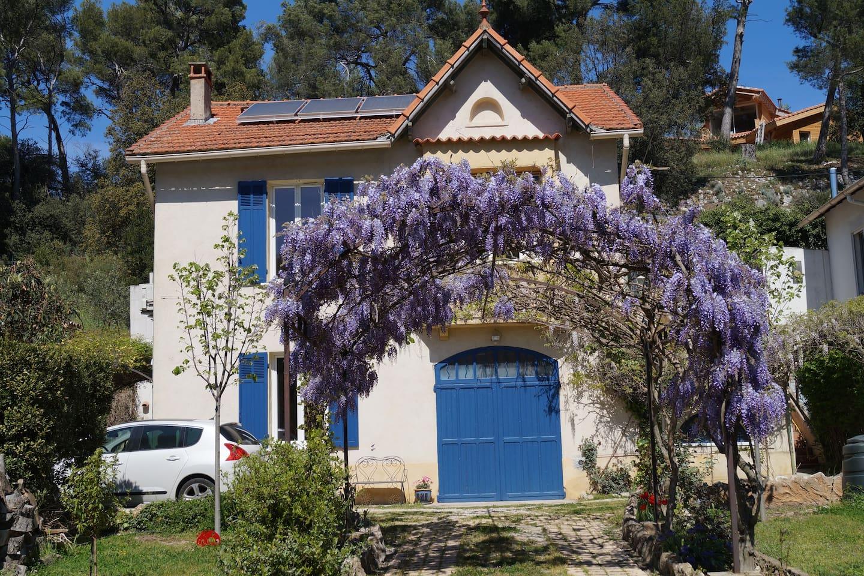 La maison au jardin fleuri.